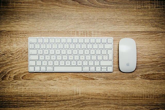 テンキーレスキーボードは、マウスまでの距離が近くなり作業効率がよくなる