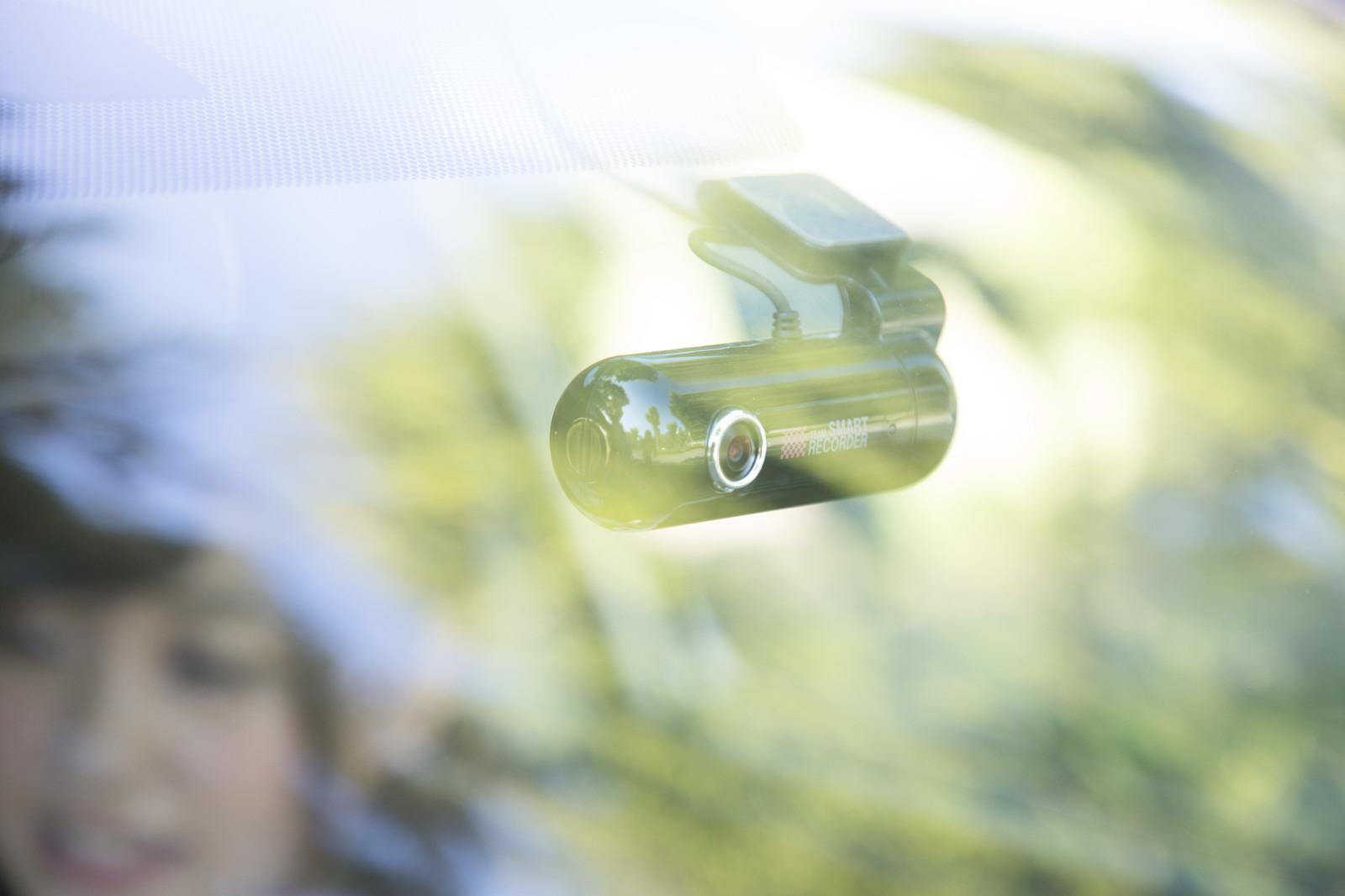 車を運転する人必見!ドライブレコーダーの装着と任意保険の弁護士特約はセット必須!